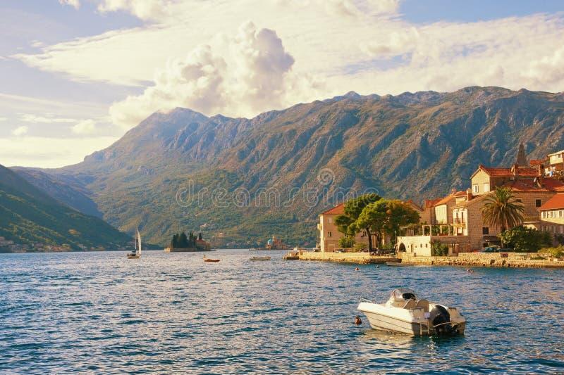 Autumn Day calmo Il Montenegro, baia di Cattaro Vista della città di Perast fotografie stock libere da diritti