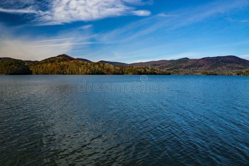 Autumn Day calmo sul bacino idrico della baia di Carvins, Roanoke, la Virginia, U.S.A. immagini stock