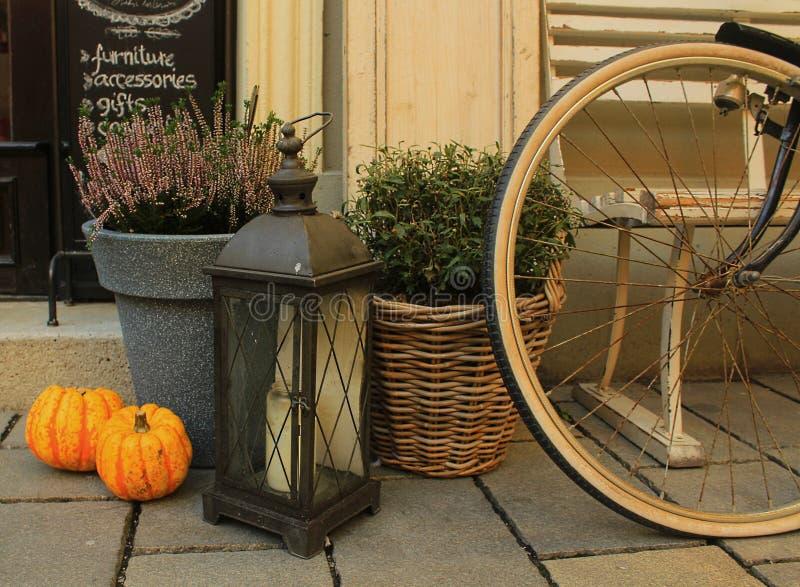 Autumn Decoration con la bicicletta d'annata fotografia stock libera da diritti
