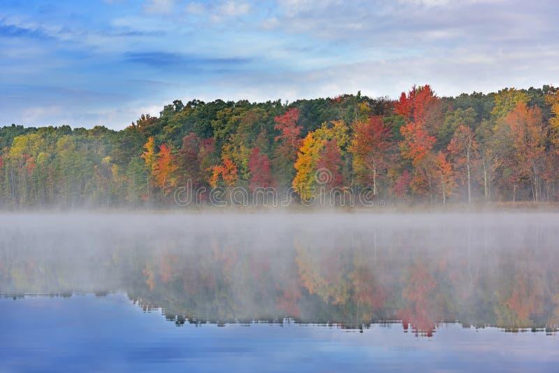 Autumn Deep Lake mit Nebel lizenzfreies stockfoto