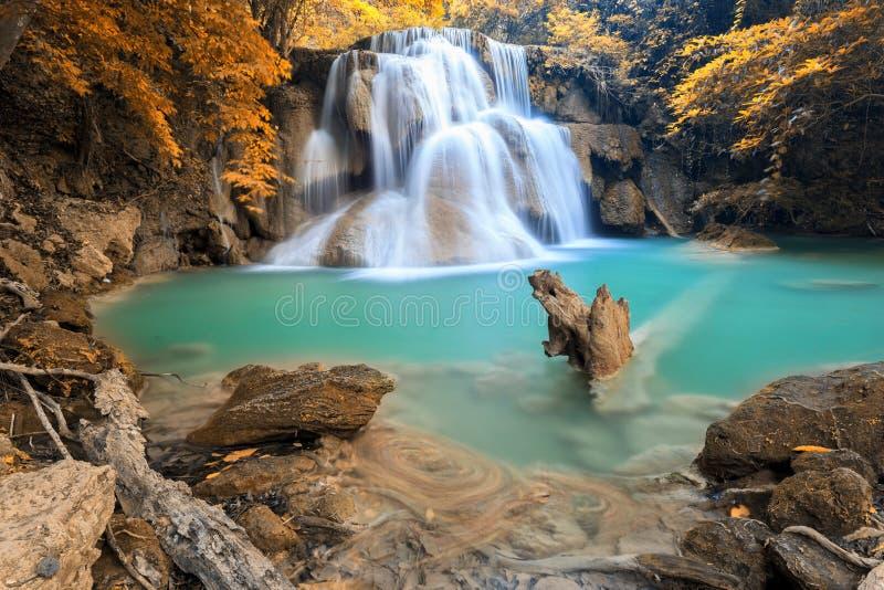 Autumn Deep skogvattenfall i Kanchanaburi (Huay Mae Kamin) royaltyfria bilder
