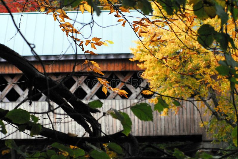 AUTUMN-FALL-丝绸之路被遮盖的桥在本宁顿佛蒙特 免版税库存图片