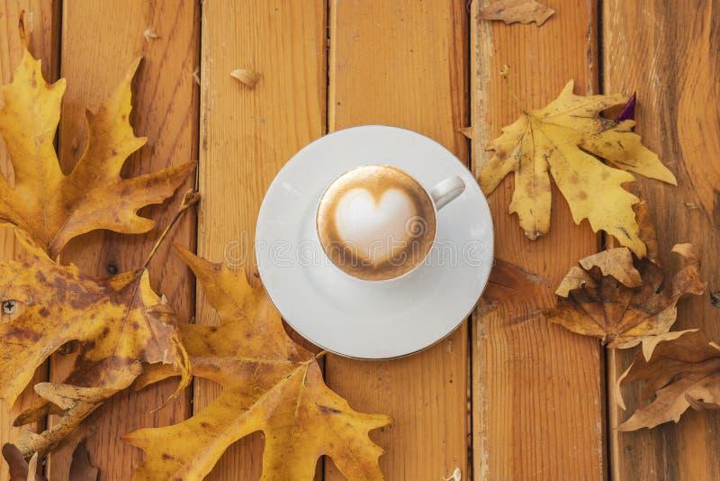 Autumn Fall Background mit Ahornblättern und Schale - Autumn Card stockfotos