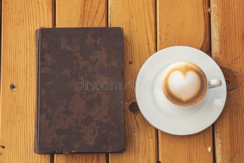 Autumn Fall Background mit Ahornblättern und Tasse Kaffee - Aut stockfotografie