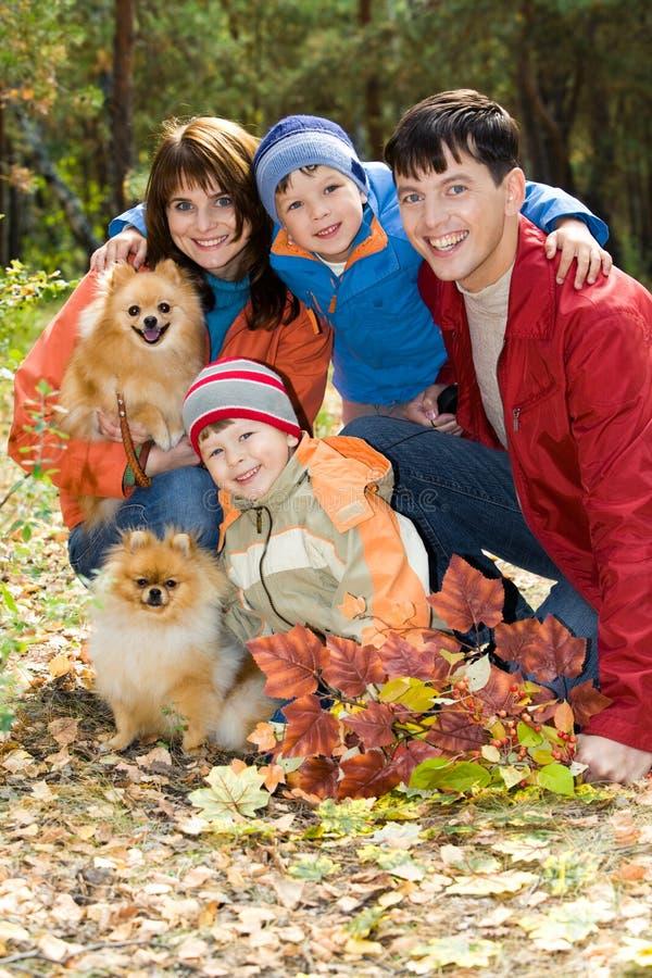 Autumn Family med Pomeranian hundkapplöpning royaltyfri bild