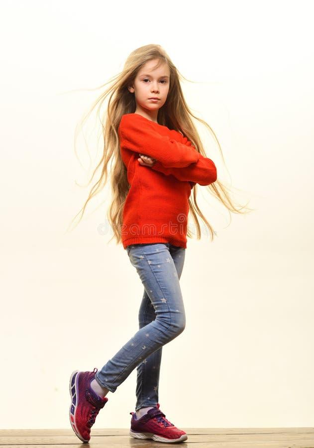 Autumn Fashion Herbstmodekleidung für stysh Kind Herbstmodekonzept kleines Mädchen lokalisiert auf Weiß im Herbst lizenzfreies stockfoto