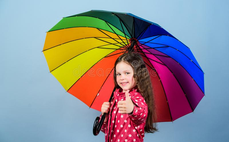 Autumn Fashion Klein meisje in regenjas Regenbescherming Regenboog vrolijk hipsterkind in positieve stemming Gelukkige klein stock afbeelding