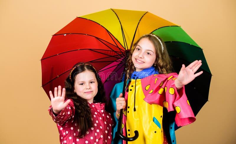 Autumn Fashion Protecci?n de lluvia Arco iris ni?os alegres del inconformista, hermandad ni?as felices con colorido fotos de archivo