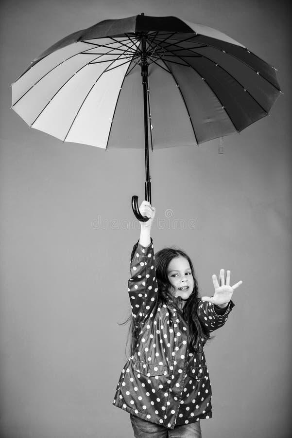 Autumn Fashion Protezione di pioggia Rainbow bambino allegro dei pantaloni a vita bassa nell'umore positivo bambina felice con va fotografia stock libera da diritti