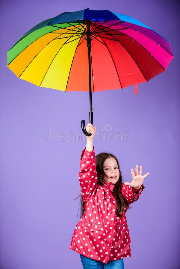 Autumn Fashion Regenschutz Regenbogen nettes Hippie-Kind in der positiven Stimmung gl?ckliches kleines M?dchen mit buntem lizenzfreie stockfotografie