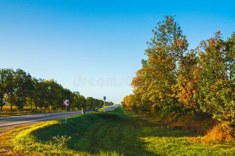 Autumn Field Road et Clear Blue Sky photographie stock libre de droits