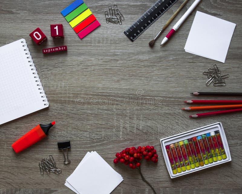 Autumn Flat legt van kantoorbehoeften, document en lijsterbes voor studie stock foto
