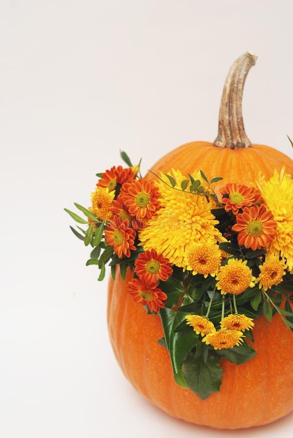 Autumn Floral Bouquet en un florero de la calabaza para el otoño o Halloween Arreglo floral en calabaza Imagen vertical fotos de archivo libres de regalías