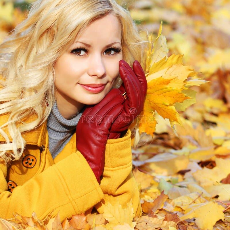 Autumn Girl. De Mooie Vrouw van het manierblonde met Esdoorn binnen bladeren stock fotografie