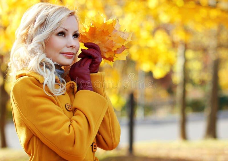 Autumn Girl. De Mooie Vrouw van het manierblonde met Esdoorn binnen bladeren royalty-vrije stock fotografie