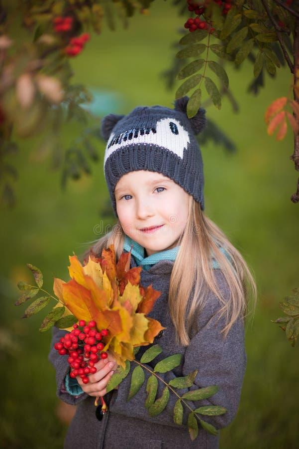 Autumn Girl Portrait in een mooie aardplaats stock afbeelding