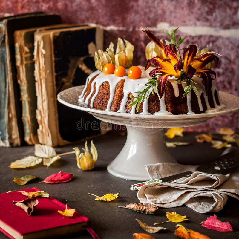 Autumn Harvest Banana Bundt Cake stock afbeeldingen