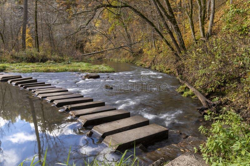 Autumn Hiking Bridge Across River image libre de droits