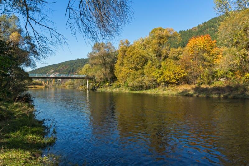 Autumn Landscape av den Iskar floden nära Pancharevo sjön, Bulgarien arkivfoto