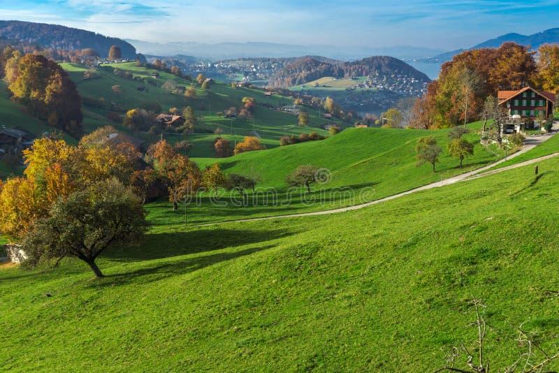 Autumn Landscape av den typiska Schweiz byn nära stad av Interlaken royaltyfria bilder