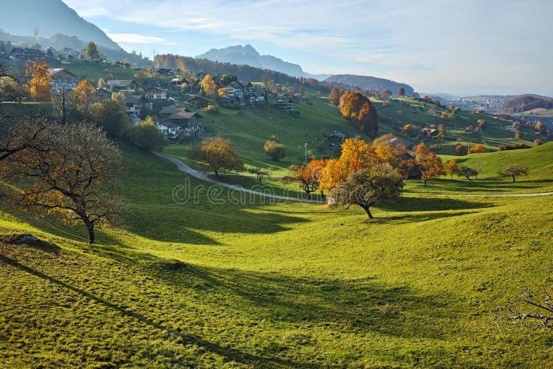 Autumn Landscape av den typiska Schweiz byn nära stad av Interlaken, kanton av Bern royaltyfri fotografi