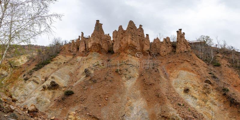 Autumn Landscape da cidade do diabo da formação de rocha na montanha de Radan, Sérvia imagem de stock royalty free