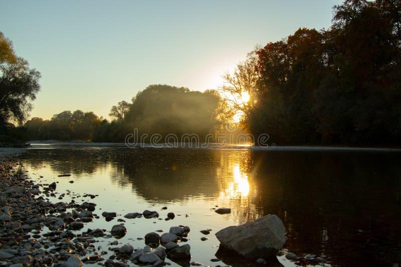 Autumn Landscape De herfstbomen in het park bij de zonsondergang royalty-vrije stock foto