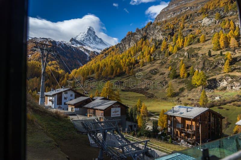 Autumn Landscape de surpresa da montagem Matterhorn, Suíça foto de stock