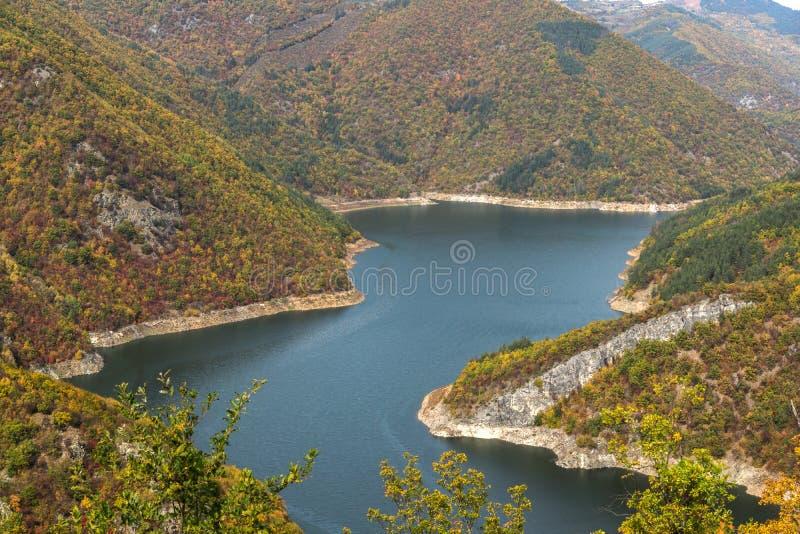 Autumn Landscape do reservatório do kamak de Tsankov, região de Smolyan, Bulgária imagem de stock royalty free