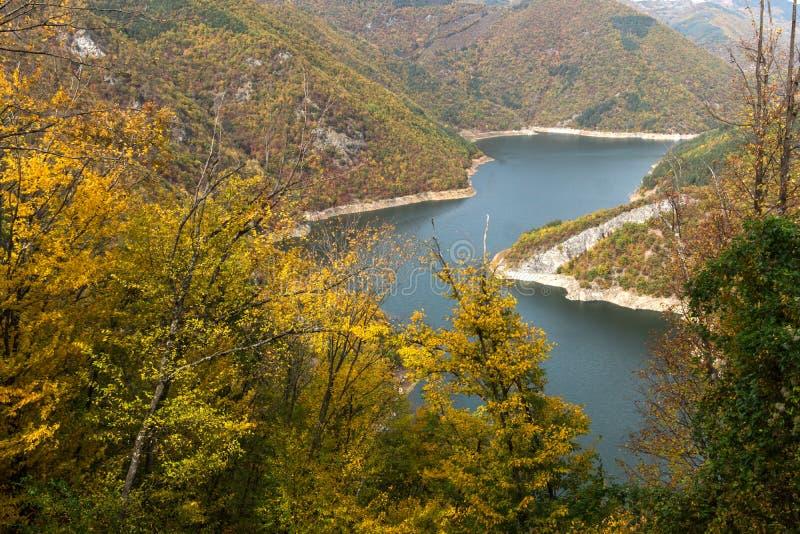Autumn Landscape do reservatório do kamak de Tsankov, região de Smolyan, Bulgária imagens de stock royalty free