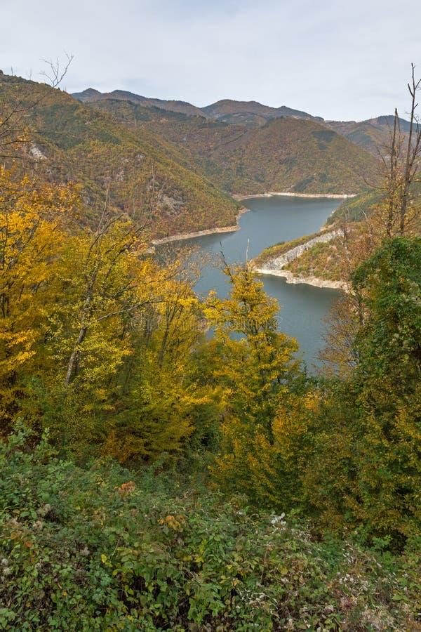 Autumn Landscape do reservatório do kamak de Tsankov, região de Smolyan, Bulgária imagens de stock