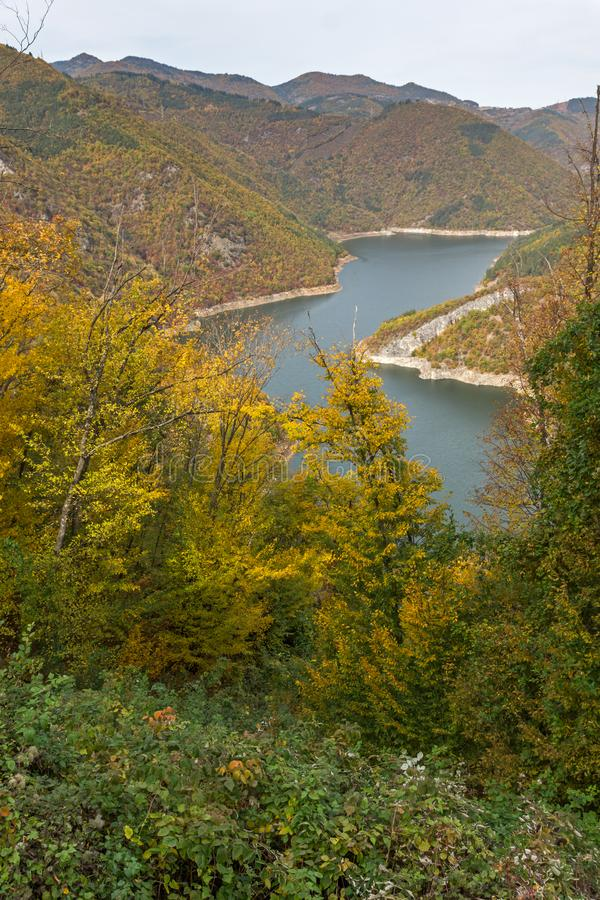 Autumn Landscape do reservatório do kamak de Tsankov, região de Smolyan, Bulgária fotos de stock