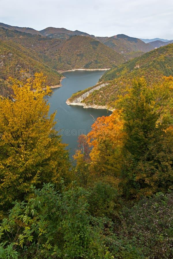 Autumn Landscape do reservatório do kamak de Tsankov, região de Smolyan, Bulgária foto de stock royalty free