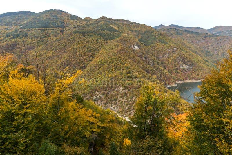 Autumn Landscape do reservatório do kamak de Tsankov, região de Smolyan, Bulgária fotografia de stock royalty free