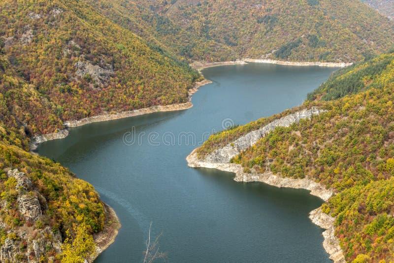 Autumn Landscape do reservatório do kamak de Tsankov, região de Smolyan, Bulgária imagem de stock