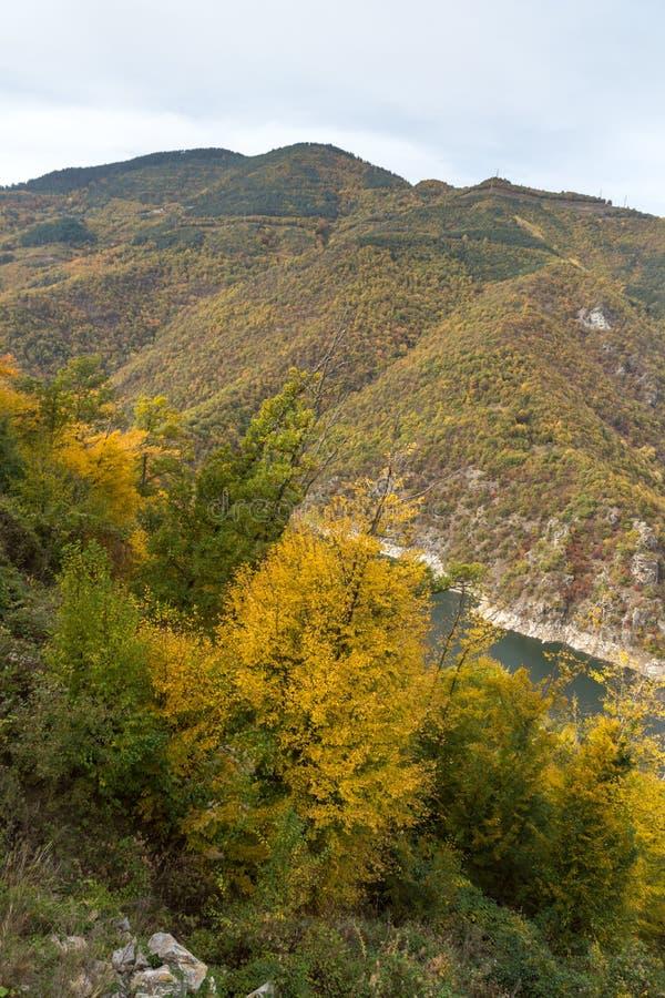 Autumn Landscape do reservatório do kamak de Tsankov, região de Smolyan, Bulgária fotografia de stock