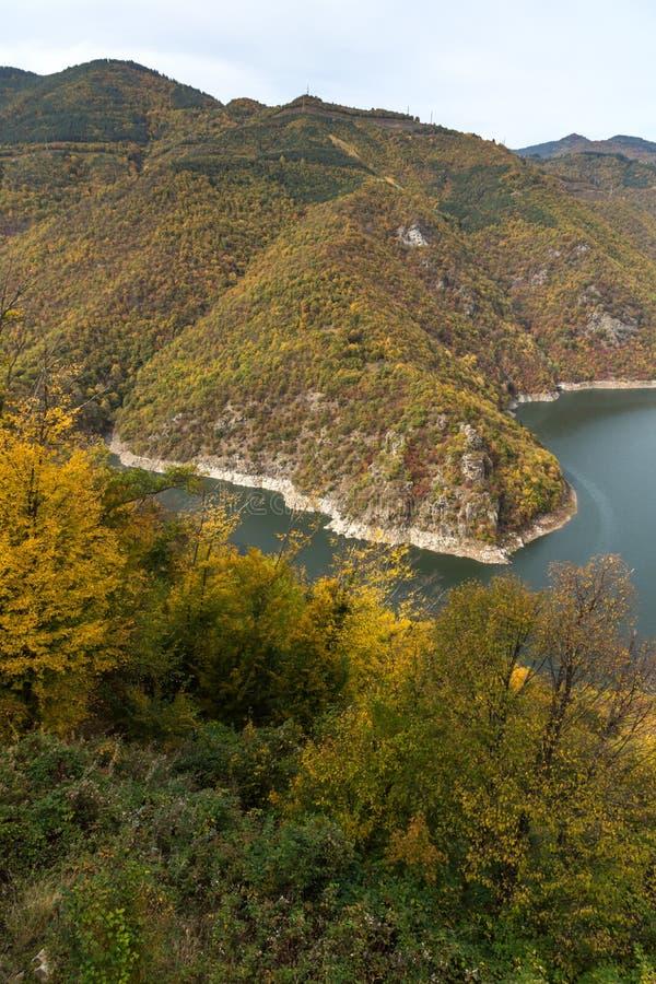 Autumn Landscape do reservatório do kamak de Tsankov, região de Smolyan, Bulgária fotos de stock royalty free