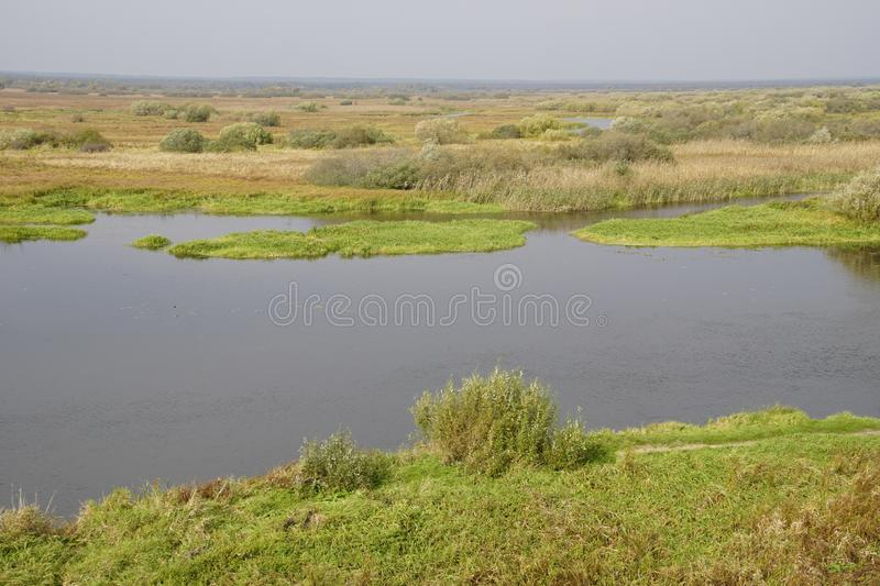 Autumn Landscape Floodplain und Fluss Berezina Sonniger Tag im Oktober stockfotos