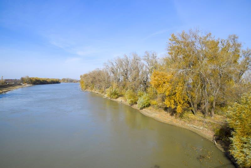 Autumn Landscape il fiume ed il tipo del ponte Alberi con l'urlo immagini stock libere da diritti