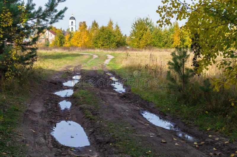 Autumn Landscape Landweg in het platteland na zware regens stock foto's
