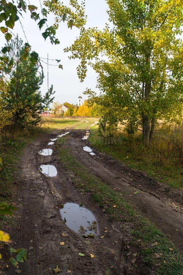 Autumn Landscape Landweg in het platteland na zware regens royalty-vrije stock foto