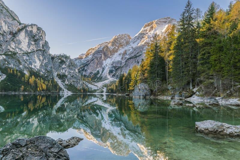 Autumn Landscape med sjön, berget och reflexion royaltyfri foto