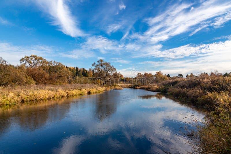 Autumn Landscape Mening van de rivier en het de herfstbos royalty-vrije stock afbeeldingen