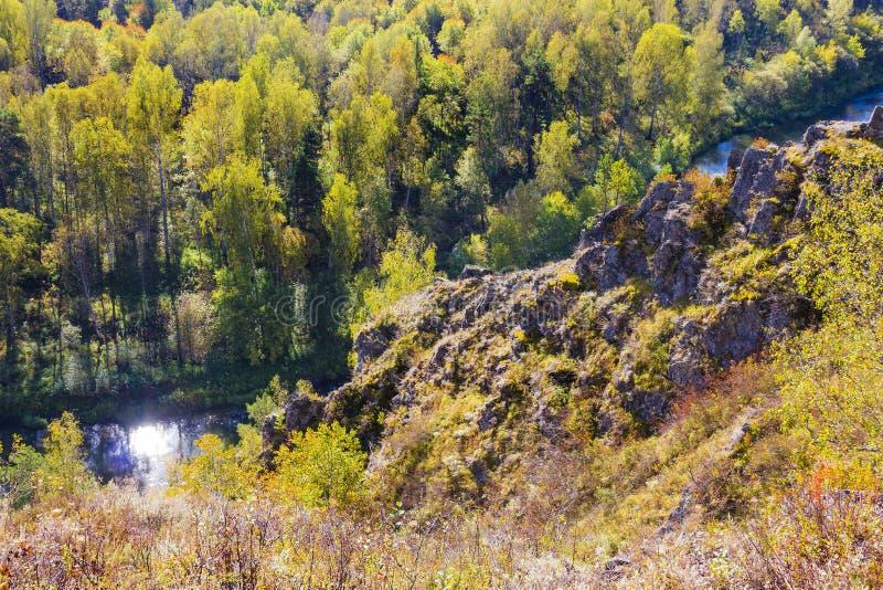 Autumn Landscape Opinião a BERD Siberian do rio, da rocha fotos de stock