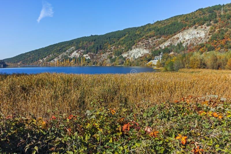 Autumn Landscape que sorprende región de la ciudad del lago Pancharevo, Sofía foto de archivo libre de regalías