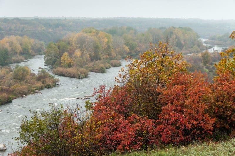 Autumn Landscape Steile felsige Küste und stürmische Stromschnellen stockfoto