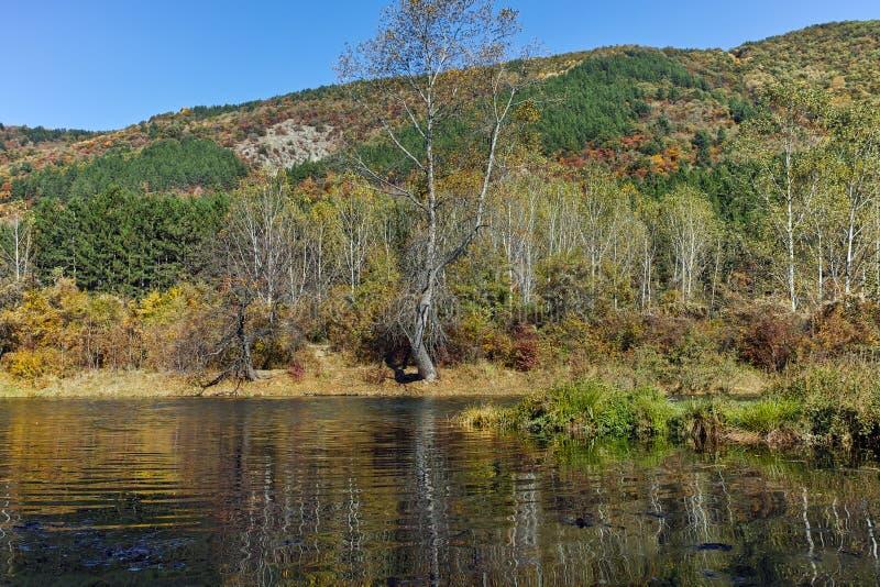 Autumn Landscape van Iskar-Rivier dichtbij Pancharevo-meer, de stadsgebied van Sofia stock foto