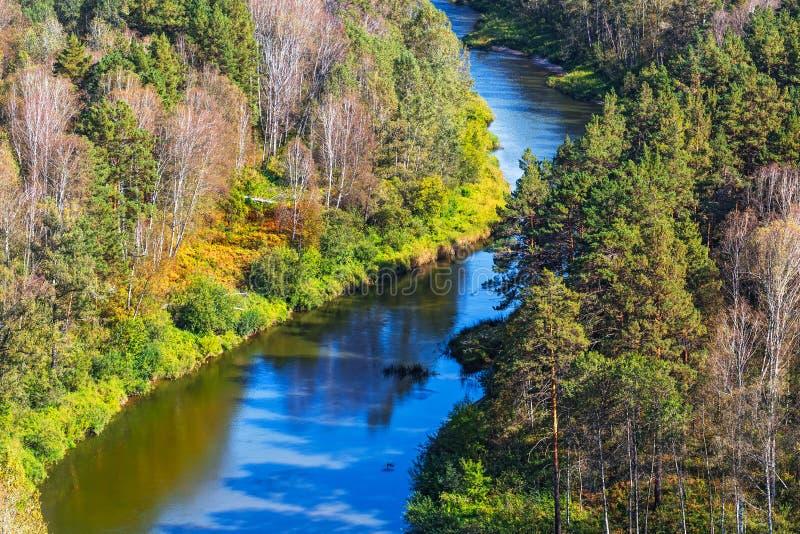 Autumn Landscape Visión desde las rocas en el BERD del río fotografía de archivo libre de regalías