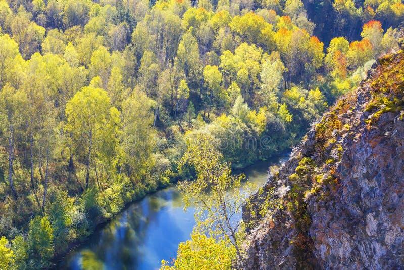 Download Autumn Landscape Vue De La BERD Sibérienne De Rivière, De La Roche Photo stock - Image du inférieur, flore: 77153528
