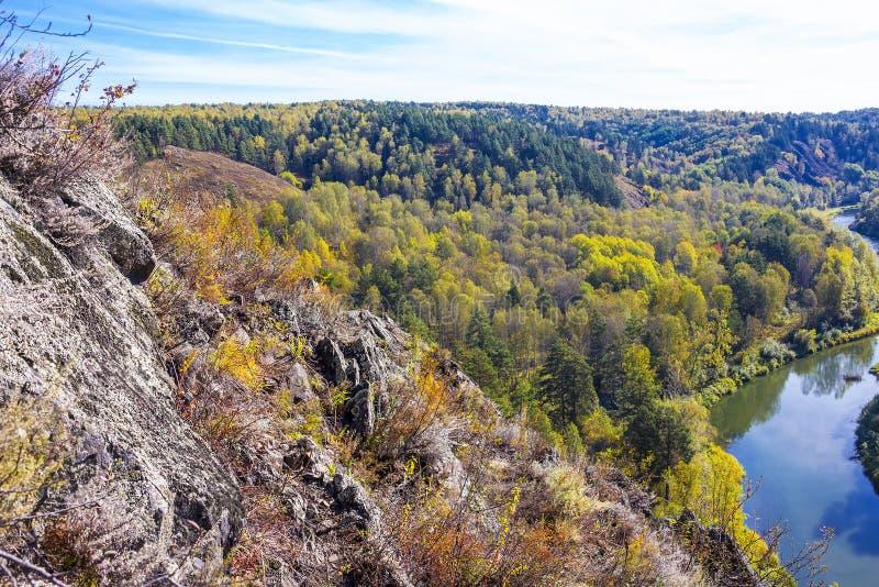Download Autumn Landscape Vue De La BERD Sibérienne De Rivière, De La Roche Image stock - Image du taille, near: 77153863